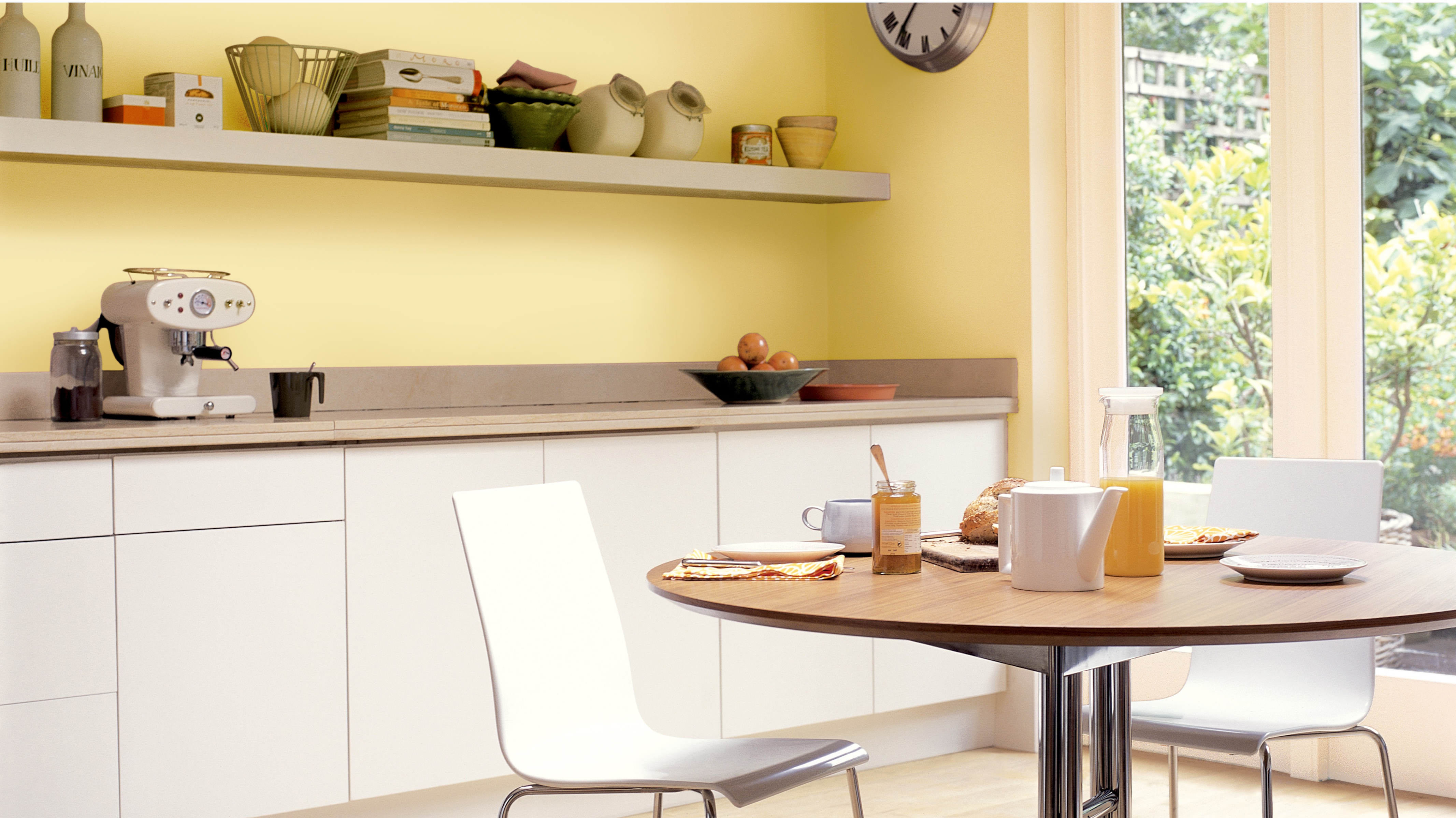 If your kitchen has dark brown walls but what you actually want is an airy family kitchen, why not switch the brown for a bright, sunny yellow.