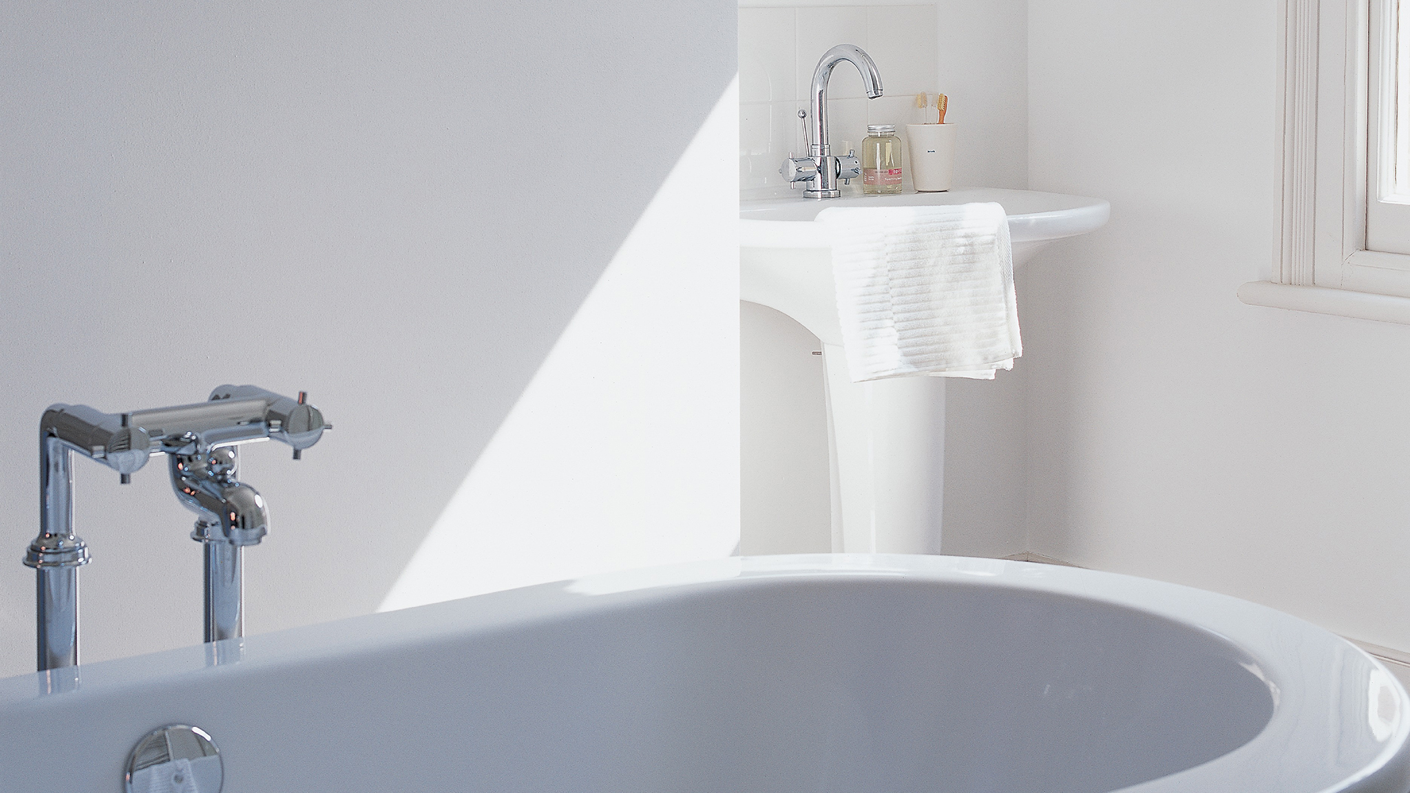 Mould- and moisture-resistant paint for bathrooms